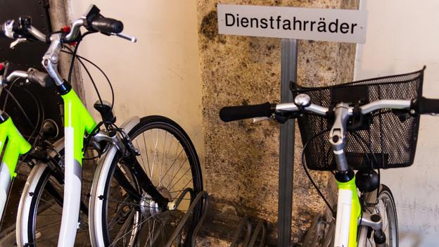 Dienstfahrräder im Veloständer.