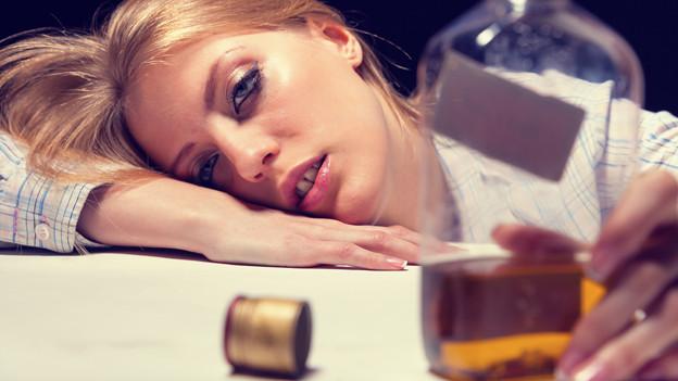 Frau im Alkoholrausch.
