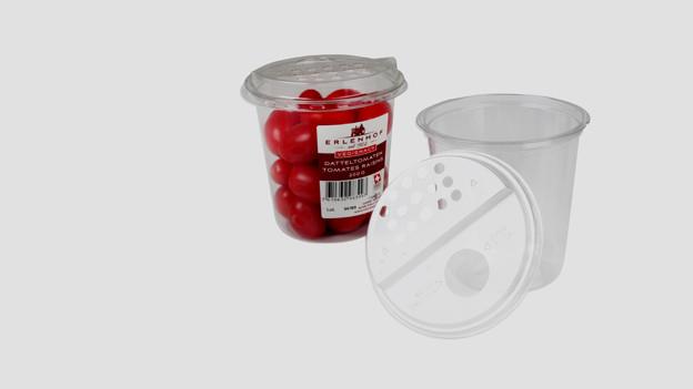 Ein mit Kirschtomaten gefüllter und ein leerer Tomatenshaker.