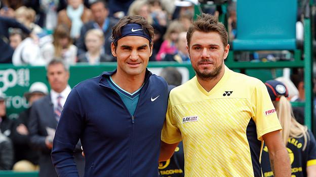 Roger Federer und Stan Wawrinka posieren auf dem Tennis-Court.