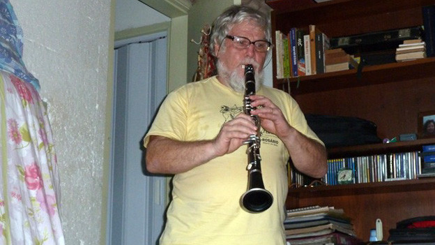 Gallus Bachmann übt Klarinette.