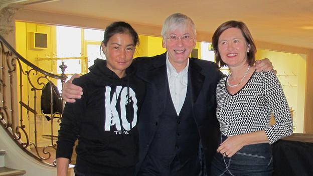 Katharina Kilchenmann (rechts) mit der Berner Profiboxerin Aniya Seki und Chefdirigent Mario Venzago.