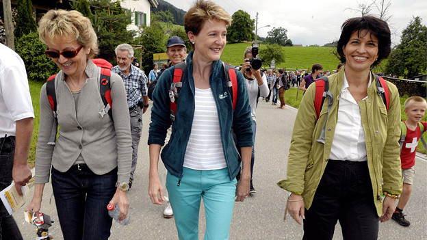 Die Bundesrätinnen Eveline Widmer-Schlumpf, Simonetta Sommaruga und Doris Leuthard auf Wanderung.