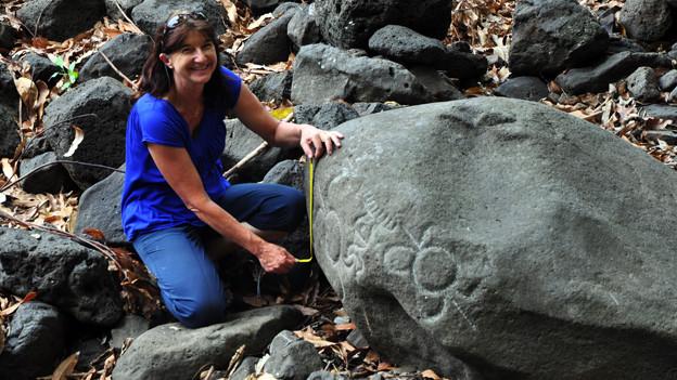 Heidy Baumgartner untersucht polynesische Petroglyphen.