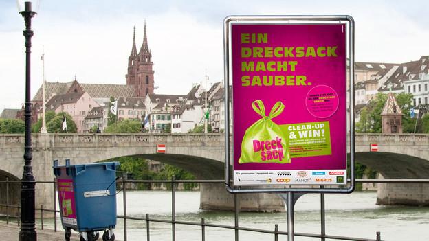 Drecksack-Werbeplakat am Rhein.