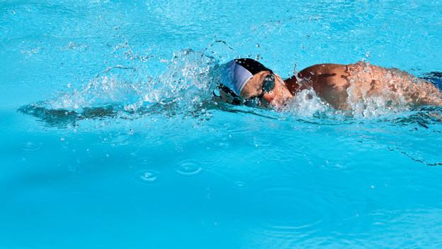Sportler schwimmt.