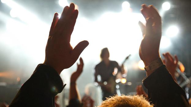 Musiker auf der Bühne.