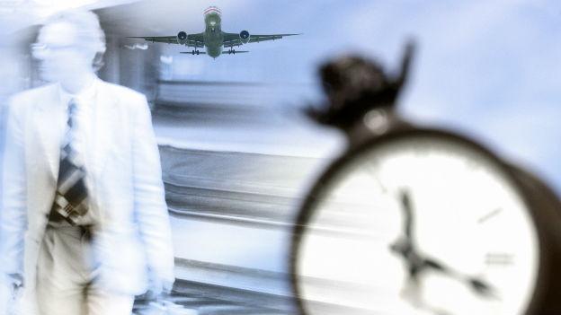 Flugzeug, Reisender und Uhr