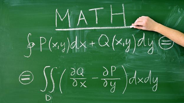 Mathematische Formeln auf einer Wandtafel.