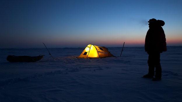 Thomas Ulrich mit seinem Zelt in der Arktis.