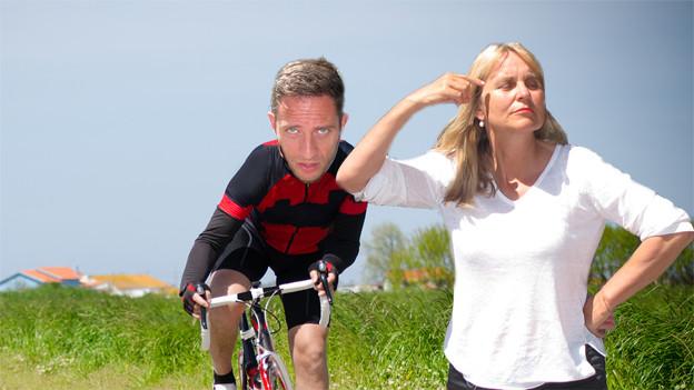 Bildmontage: Adi Küpfer auf dem Rennvelo und Christine Hubacher mag nicht hinsehen und zeigt ihm den Vogel.
