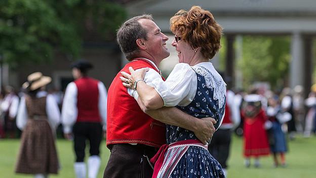 Ein Tanzpaar in Tracht.