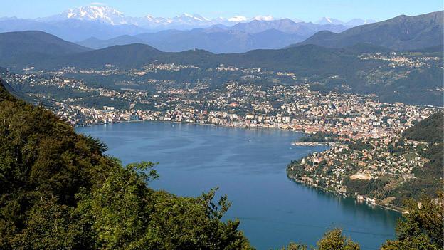 Blick auf die Stadt Lugano am See.