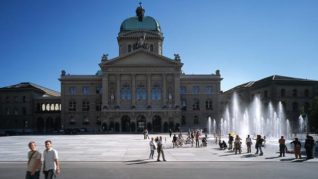 Der Bundesplatz mit Bundeshaus an einem strahlenden Tag im Frühherbst 2004.