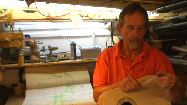 Ruedi Egger baut in der Gitarrenwerkstatt an einer Gitarre.