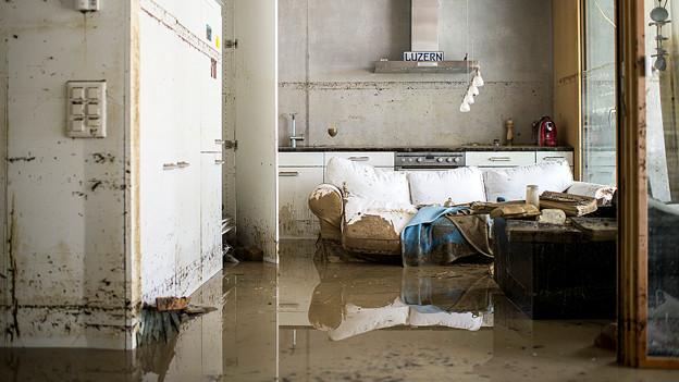 Wohnung gefüllt mit Wasser und Schlamm.