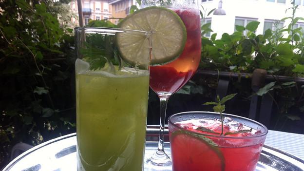 Drei verschiedene Sommerdrinks in unterschiedlichen Gläsern.