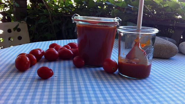 Hausgemachtes Ketchup im Glas.