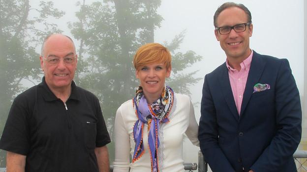 «Persönlich»-Gastgeber Christian Zeugin (rechts) mit Heinz von Gunten und Sandra Boner vor Nebel.