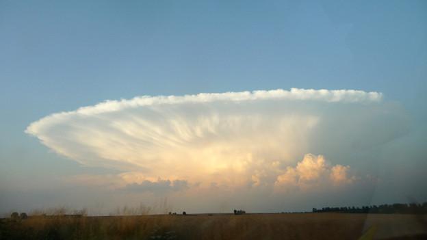 Eine Ambosswolke über dem Feld.