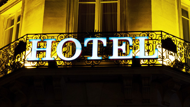 HOTEL-Leuchtschrift an einem Gebäude.