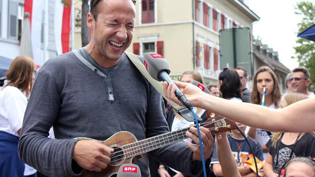 Sänger Ritschi spielt auf seiner Ukulele.