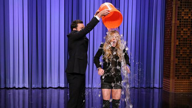 Jimmy Fallon leert Lindsay Lohan eiskaltes Wasser über den Kopf.