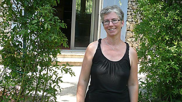 Bettina Gisler vor ihrem Haus in Südfrankreich.