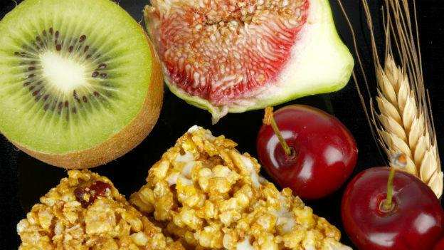 Früchte, Getreidestängel als Beispiele für natürliche Ballaststoffe