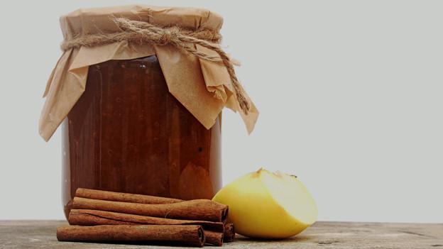 Chutney im Glas mit Apfel und Zimtstange.