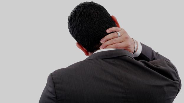 Mann mit Nackenschmerzen.