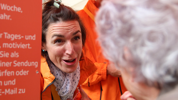 Moderatorin Joelle Beeler spricht mit einer Hörerin am Radio SRF 1-Stand.