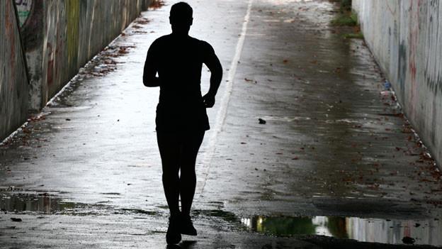 Mann im Gegenlicht rennend
