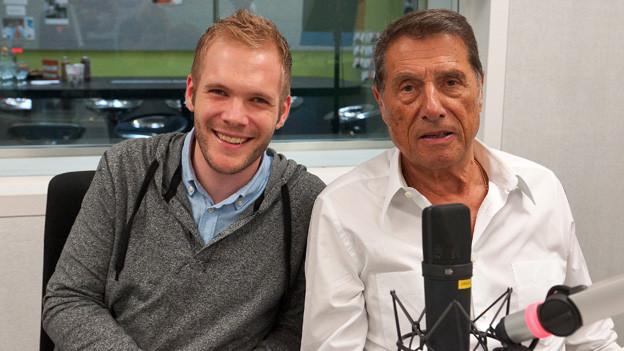 Udo Jürgens und Stefan Siegenthaler sitzen nebeneinander im Radiostudio.