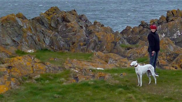 Rosemarie Crameri mit Hund an der schottischen Küste.