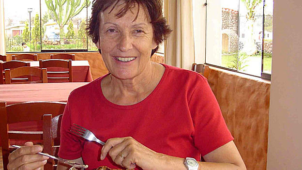 Anne-Marie Tapia-Fries mit Besteck am Tisch.