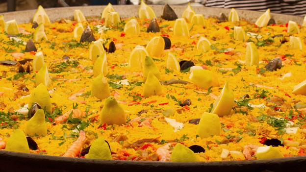 Eine grosse, gefüllte Paella-Pfanne.