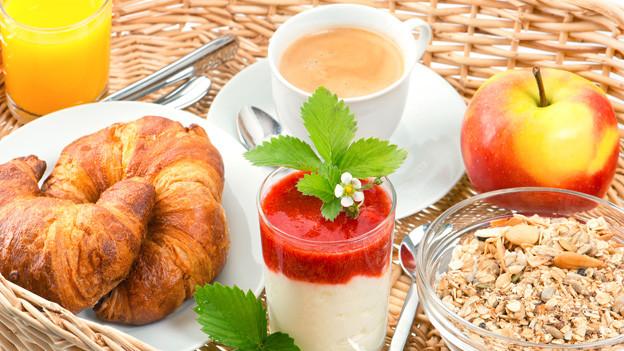 Frühstücks-Speisen mit Kaffee und Fruchtsaft.