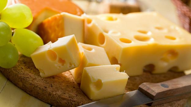 Verschiedener Käse auf Holzbrett.