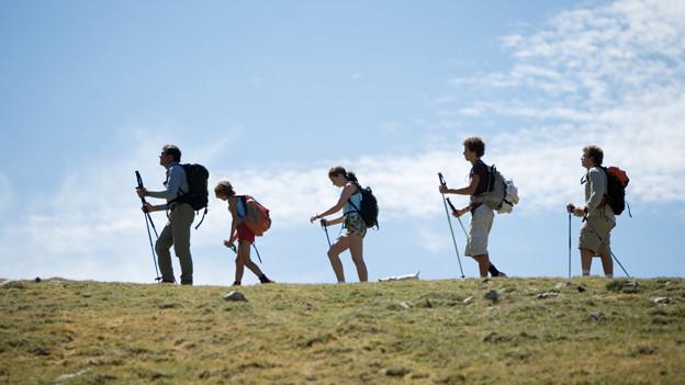 Eine Gruppe wandert über eine Krete.