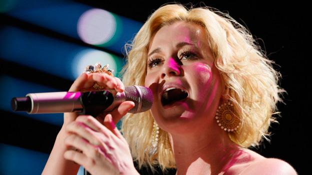 Kellie Pickler singend.