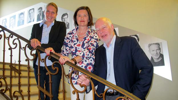 «Persönlich»-Gastgeberin Katharina Kilchenmann (mitte) auf der Treppe mit Lukas Hartmann und Esther Staubli.