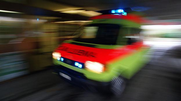 Ambulanz kommt mit Blaulicht.