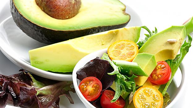 Sommersalat mit Avocado.