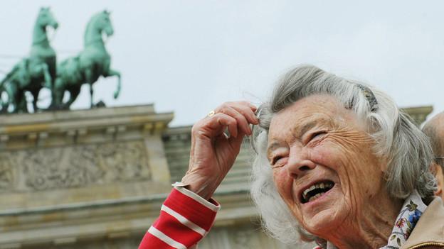 Rosamunde Pilcher posiert in Berlin vor dem Brandenburger Tor.