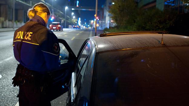 Polizistin in der Nacht.