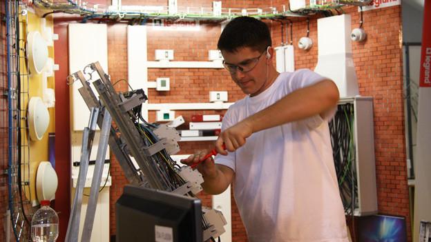 Severin Holderegger arbeitet an seiner Elektro-Installation.