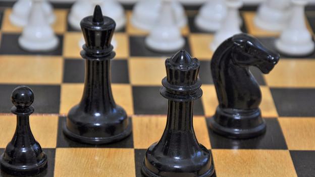 Schachfiguren auf Brett.