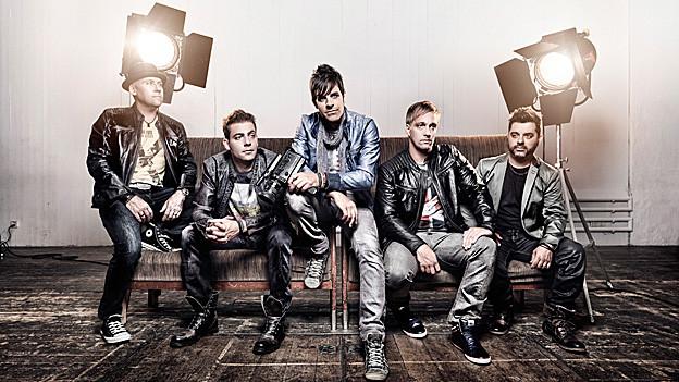 Die fünf Bandmitglieder von «Kino Kino» sitzen auf einem Sofa.