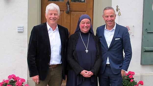 Gruppenbild: «Persönlich»-Gastgeber Dani Fohrler (rechts) mit Schwester Benedikta und Ex-SBB-Chef Benedikt Weibel.
